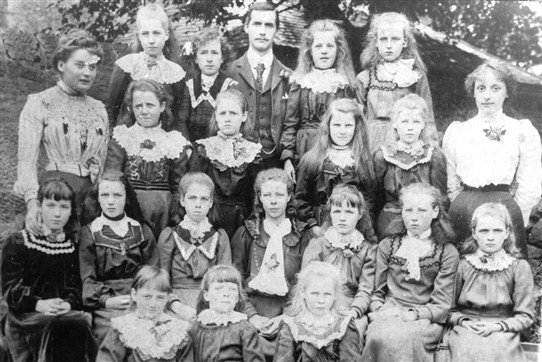 Photo:Addiewell girls' class with three teachers, 1890s.
