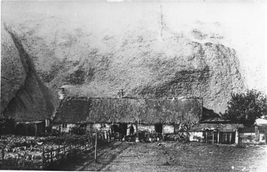 Photo:Clashmedoun - the farmhouse of Bridgend about to be overwhelmed by Addiewell South Bing.  This low, thatched farm included the farmhouse and the steadings in one long row, and would have been typical of small local farms up till the mid-19th century.